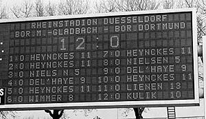 anzeigetafel-duesseldorf-gegen-gladbach-1978-0zu12-rehhagelwurdeentlassen
